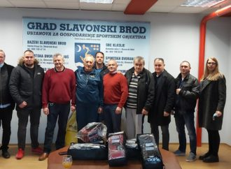 Predsjednik Bošnjak i dopredsjednik Mikolčević darivali klubove iz Slavonije
